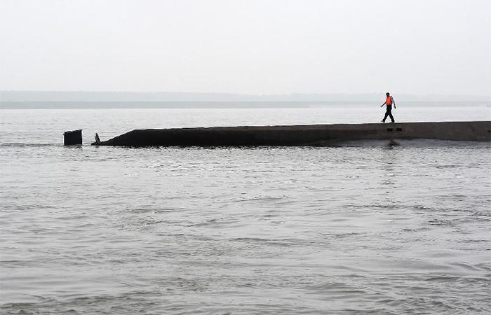 Живые люди находятся внутри затонувшего теплохода в Китае