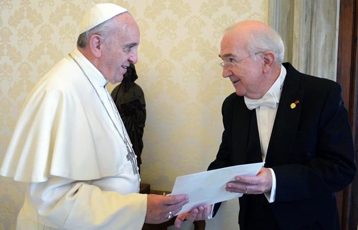 Папа Франциск и Кеннет Хакетт.