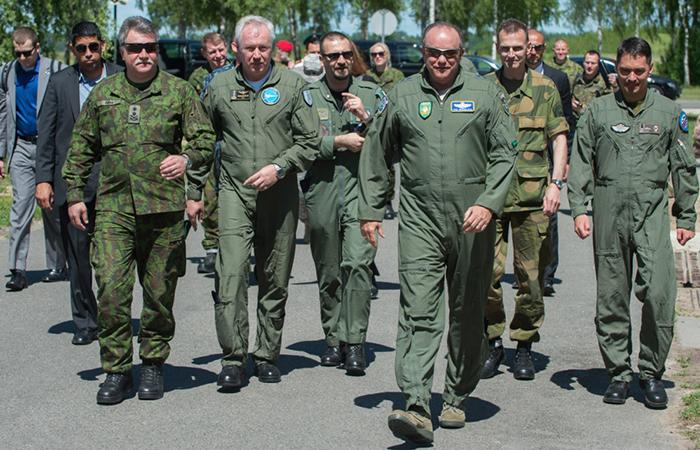 Генерал Марк Бридлав (третий справа) в Литве.