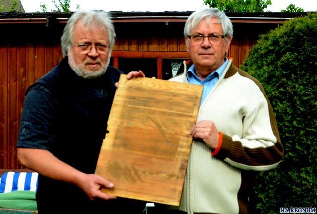Рейнхард и Дитрих Бэр держат автограф отца.