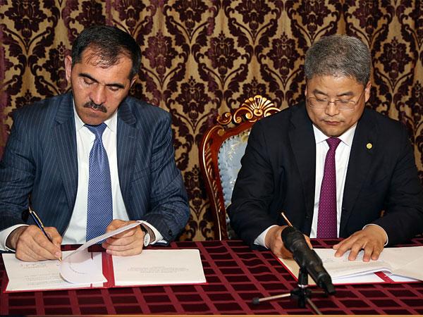 Глава Ингушетии Юнус-Бек Евкуров, исполнительный директор Хуасиньской китайской энергетической компании Дзан Джан Джун.