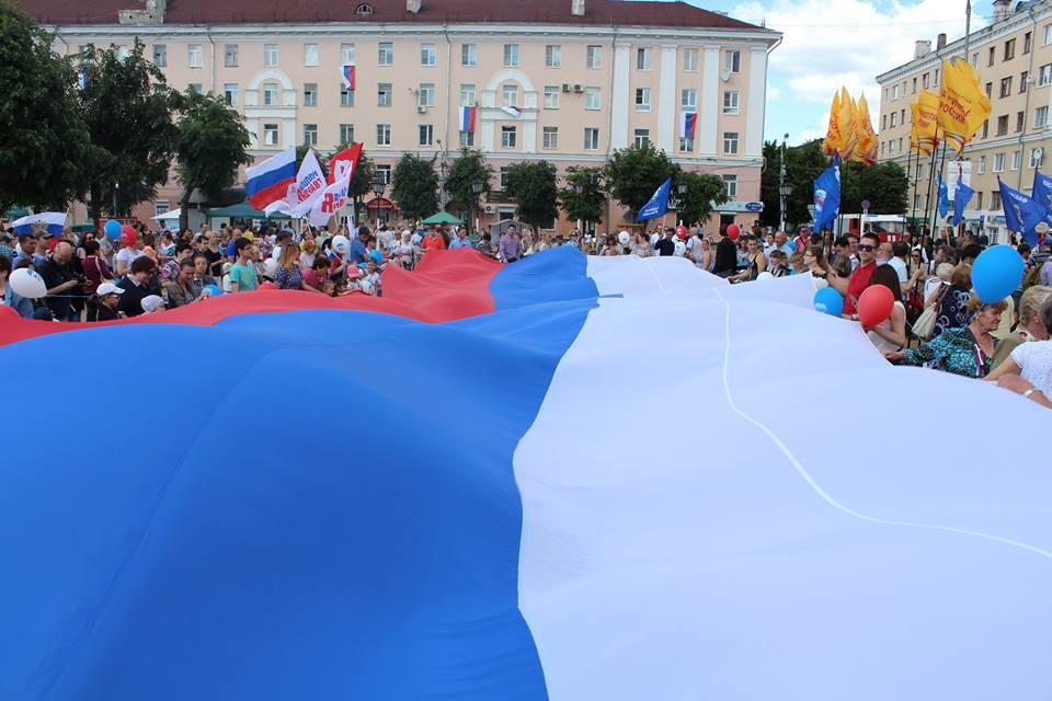 В центре Калуги развернули гигантский флаг России