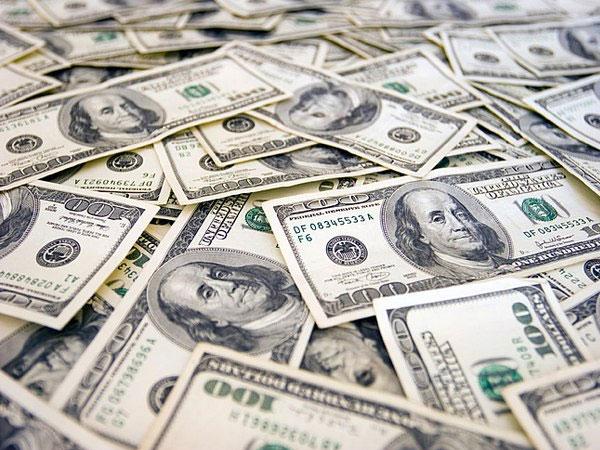 Средневзвешенный курс доллара в ходе торгов вырос на 47 копеек