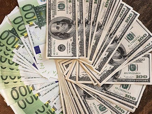 Официальный курс доллара на пятницу упал на 57 копеек