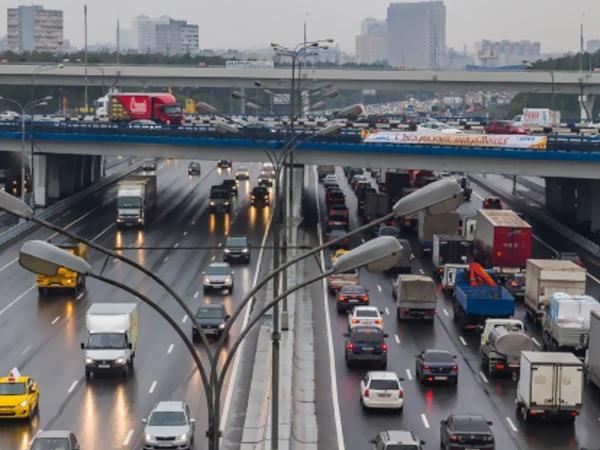 В Москве перевернулся грузовик с зерном
