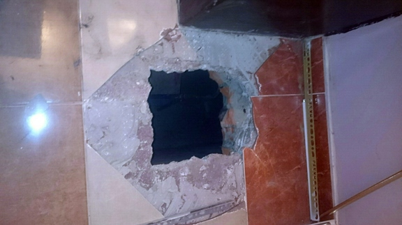 """То самое прорубленное """"окно"""" в ювелирный салон. Фото: mvd39.ru."""