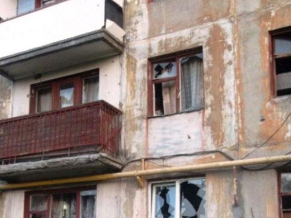 В Донецке снаряды разбили две многоэтажки и стадион