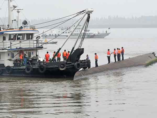 Китайские спасатели на месте крушения туристического лайнера.