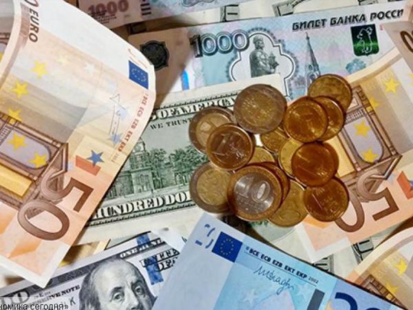 Открытие торгов: Рубль растет к евро и слабеет к доллару