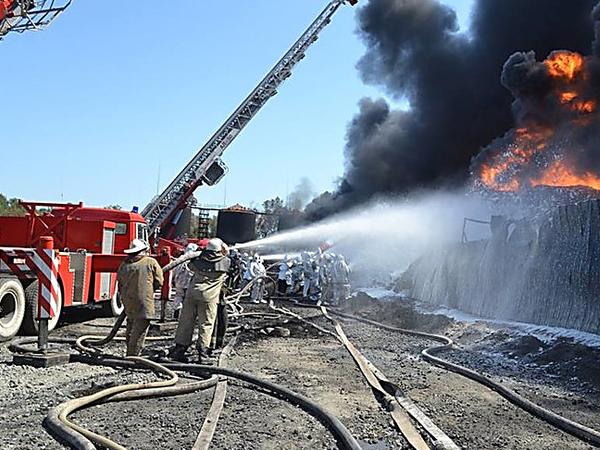 На нефтебазе под Киевом все еще горят 14 резервуаров