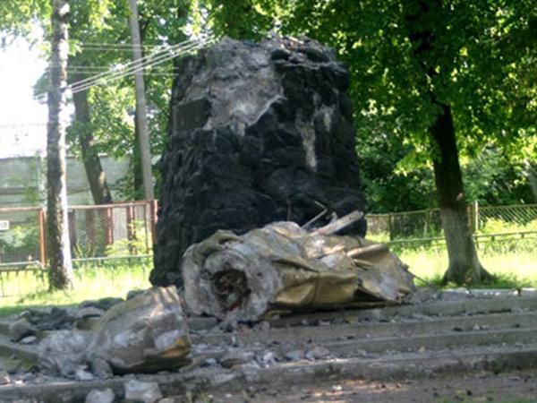«Правый сектор» снёс памятник Дзержинскому на Украине