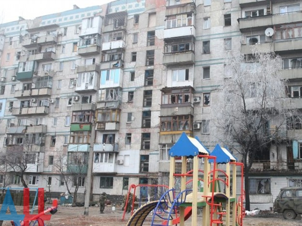 Донецк под огнем: убита женщина, пострадали 9 домов и ж-д вокзал