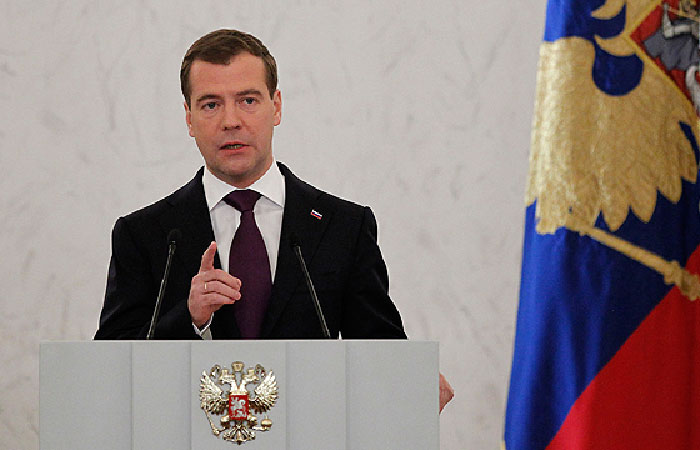 Медведев: Если $3 млрд от РФ – взятка, то $40 млрд от МВФ – воровство