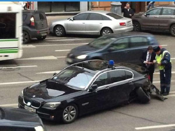 В Москве попал в аварию автомобиль Дворковича