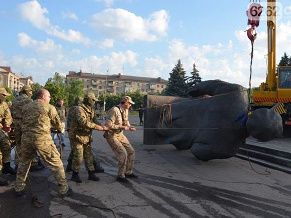 «Правый сектор» уничтожил памятник Ленину в Славянске