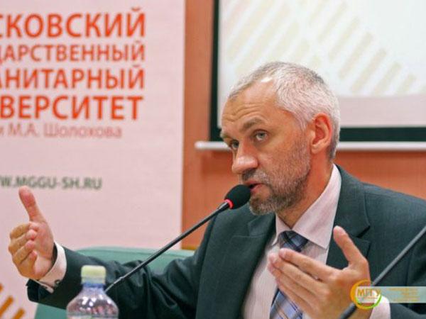 Директор Института политики, права и социального развития Владимир Шаповалов.