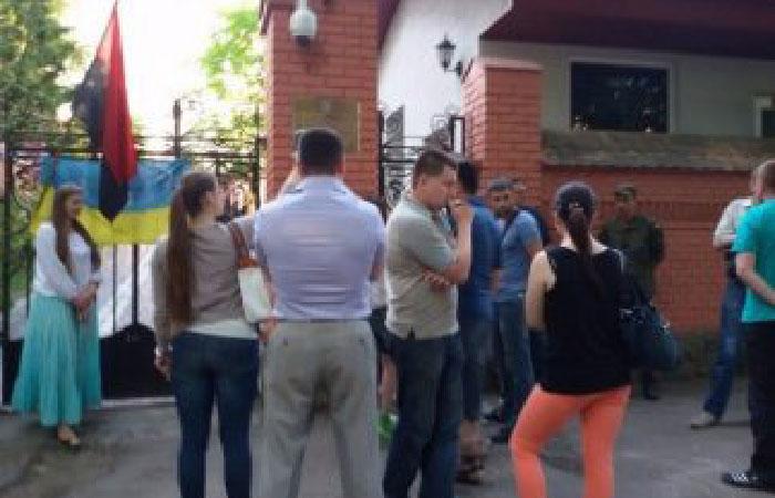 Националисты пикетировали российское консульство во Львове