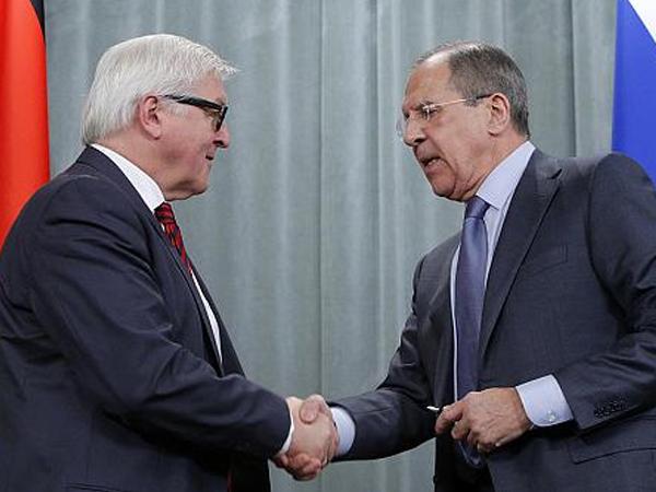 Глава МИД Германии Франк-Вальтер Штайнмайер и глава МИД России Сергей Лавров.