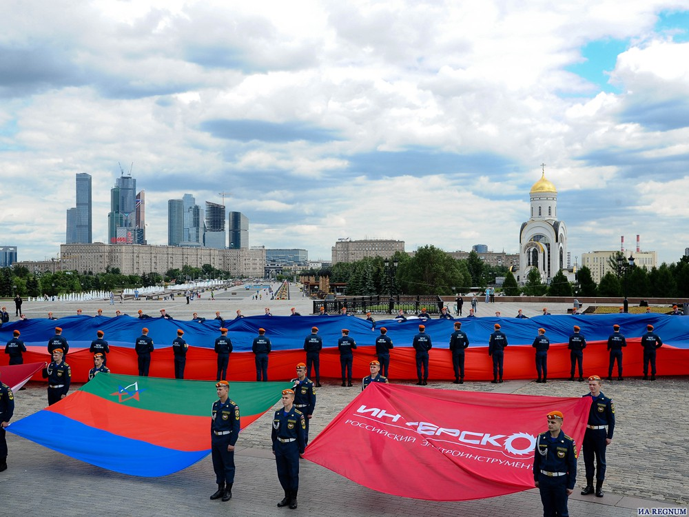 На Поклонной горе развернули самый большой флаг России: фоторепортаж