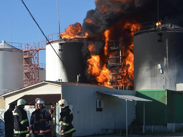 На нефтебазе под Киевом еще горят три резервуара, остальные уничтожены