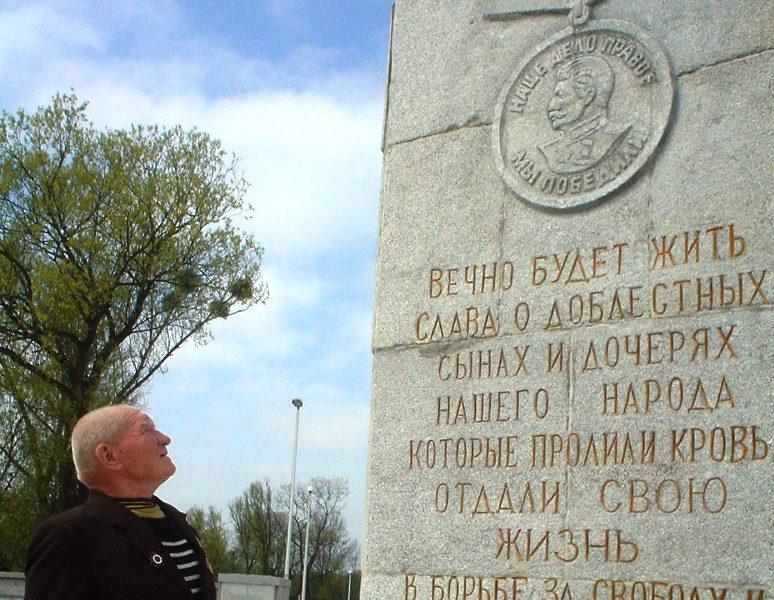 На стелу памятника 1200 гвардейцам десять лет назад был возвращён профиль Сталина. Фото: regnum.ru.