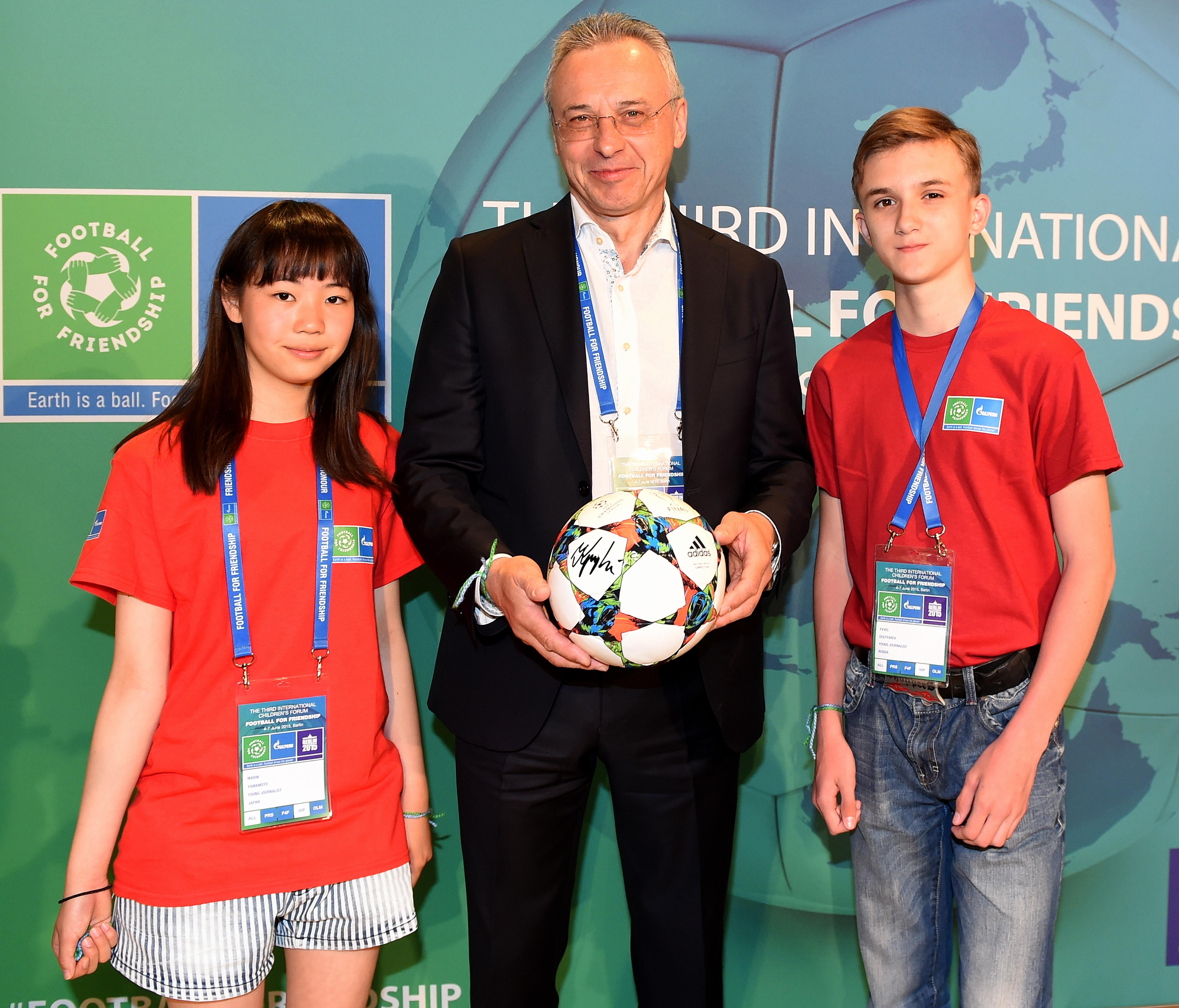 Глава Gazprom Germania Вячеслав Крупенков с юными футболистами из Японии и России.
