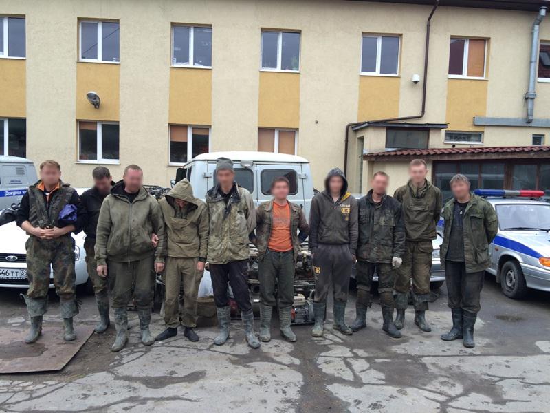 Очередная бригада янтароискателей, задержанных сегодня, 2 июня, на берегу Балтийского моря. Фото: mvd39.ru.