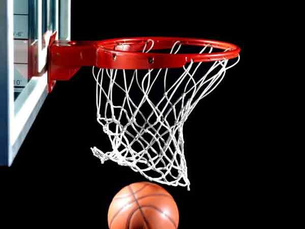 Мяч в баскетбольном кольце.
