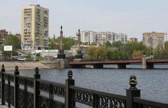 В результате обстрела Донецка загорелся многоэтажный дом