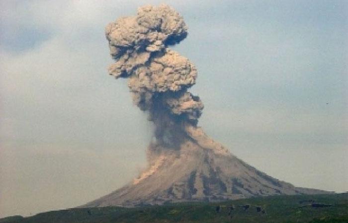 На Камчатке вулкан Карымский выбросил пепел.
