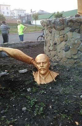 Памятник не вынес веса любителя селфи. Фото: «Газета Кемерова»