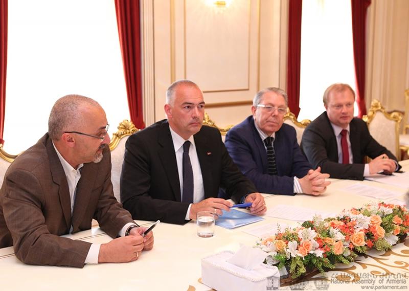 Содокладчики по Армении Мониторинговой комиссии ПАСЕ Аксель Фишер и Алан Мил (второй и третий слева). © Пресс-служба парламента Армении.