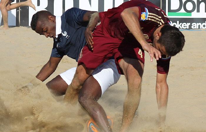 Сборная России обыграла Францию на этапе Евролиги по пляжному футболу в Москве.