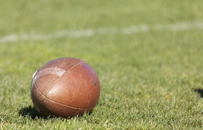 Мяч для регби на поле.