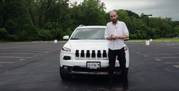 Энди Гринберг, обозреватель Wired, на фоне взломанного Jeep Cherokee.