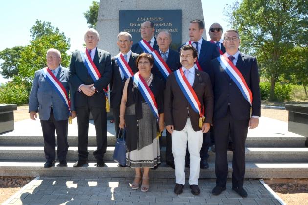 Делегация французских парламентариев у мемориала в память о солдатах армии Франции. Фото: пресс-служба правительства Севастополя