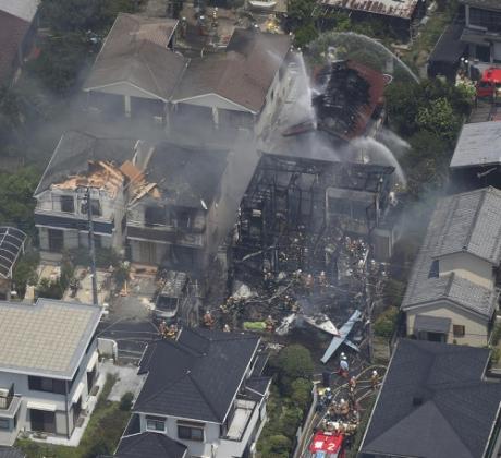 Небольшой самолет рухнул в пригороде Токио в воскресенье, 26 июля