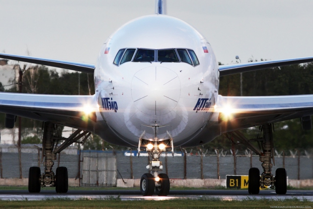 После сигнала о разгерметизации кабины самолет UTair сел во Внуково