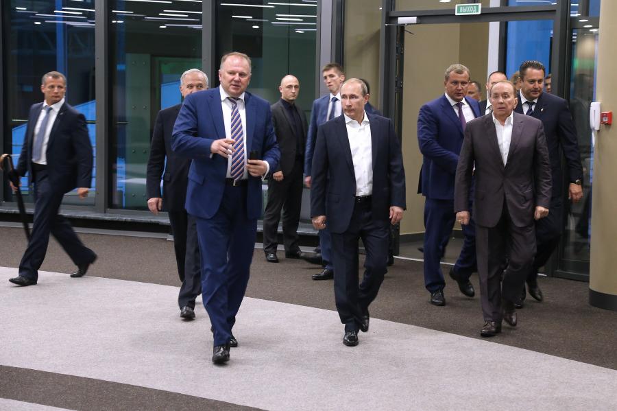 Владимир Путин в окружении губернатора Николая Цуканова и президента Международного союза КВН Александра Маслякова.