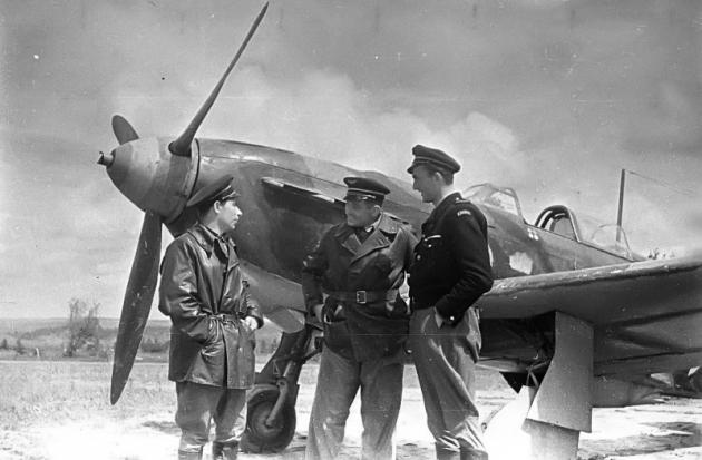Французские летчики из состава эскадрильи «Нормандия-Неман» на фоне истребителя Як-1Б.