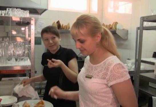 Сотрудники барнаульского ресторана И.Понкин едят на рабочем месте
