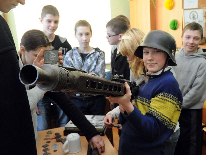 Латвийские школьники на уроке истории.