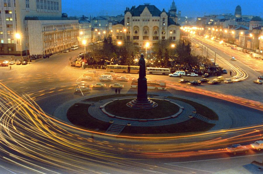 Памятник Ф. Дзержинскому на Лубянской площади (Москва).