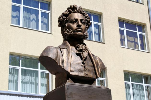 В Могилёве с памятника Пушкину сорвали  стихотворение «Клеветникам России»