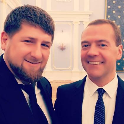 Рамзан Кадыров делает сэлфи с Дмитрием Медведевым.