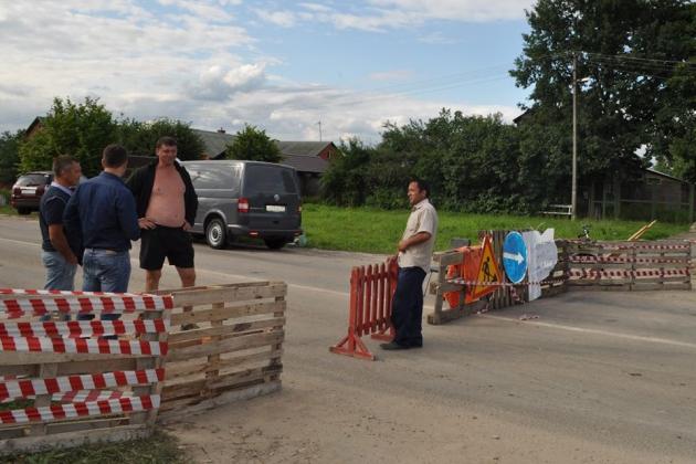 Жители Подмосковья всем миром ремонтируют подъезд к аэропорту