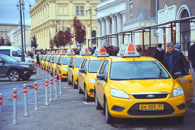 «Стоянка запрещена»: почему столичные таксисты вынуждены «дурить» закон