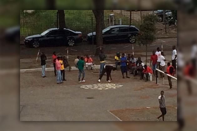 Беженцы в Италии выбрасывают бесплатную еду на улицу
