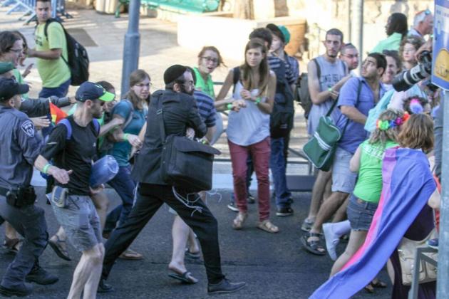 Ультраортодоксальный еврей напал на пятитысячный гей-парад в Иерусалиме и успел ранить шестерых представителей ЛГБТ-сообщества.