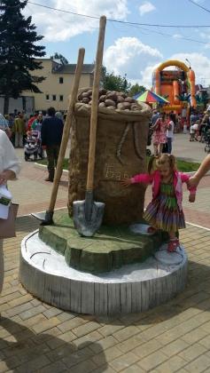 Памятник картошке  в поселке Бабынино Калужской области.